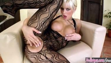 Blonda rpostituata nu are client si se masturbeaza cu vibratorul