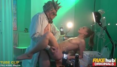 Sex in laborator cu un chimist si o asistenta futacioasa