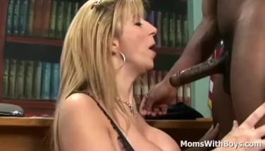 Blonda matura cu curul bombat se fute in pizda cu un negru pulos