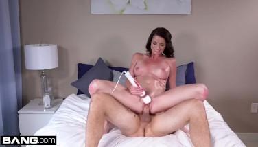 Pizda bruneta se masturbeaza in timp ce se fute