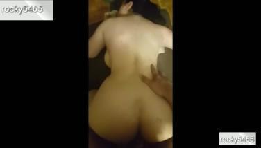 Bruneta amatoare sta cuminte sa fie masturbata cu degetul apoi sa fie penetrata adanc in pizda