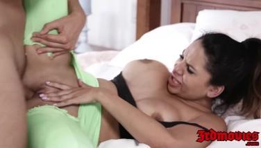 Yoga cu fata flexibila si sex pe minge sportiva