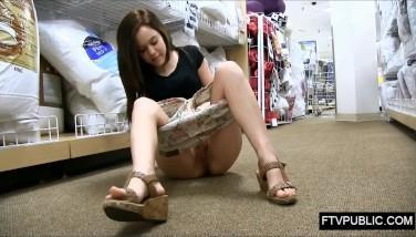 Studenta goala la shopping se masturbeaza pentru a primi recompense cadou