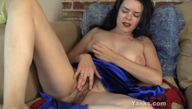 Fata se masturbeaza la webcam pentru bani