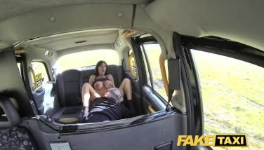 Sex pe bani in taxi fake cu bruneta tatoasa