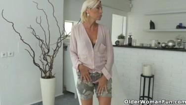 Matura cu sanii lasati se masturbeaza la webcam