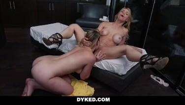 Pacienta la psiholog sedusa si fututa de blonda lesbiana