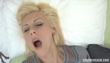 Masturbare cu degetele si orgasm cu stropi