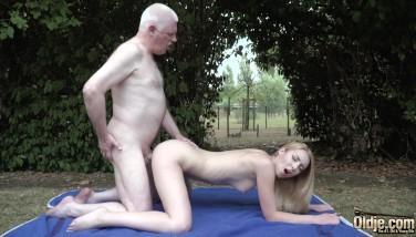 Vecina cu sani mici penetrata in gradina de barbat matur
