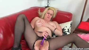 Doamna matura in latex se masturbeaza cu dildo