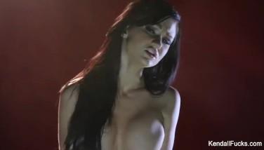 Excorta danseaza lasciv noaptea si se masturbeaza la webcam