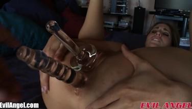 Anal violent cu dildo si masturbare in vagin cu vibrator